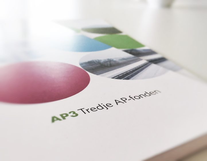Two AP3 annual reports on a table