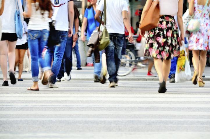 Människor som går över gatan