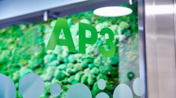 AP3s entrédörr i glas med logga